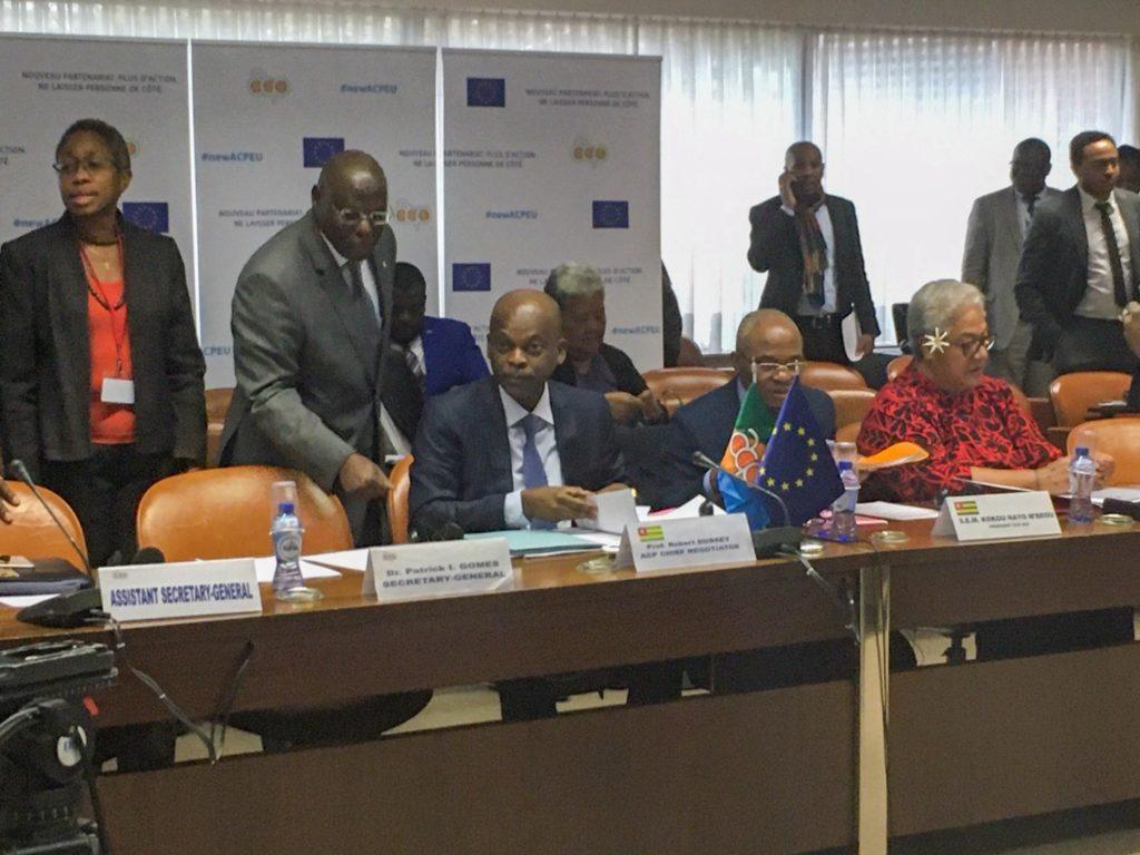 Togon ulkoministeri Robert Dussey toimii AKT-ryhmän pääneuvottelijana Post-Cotonou-sopimukselle. Kuvassa Dussey avustajineen valmistautuu pääneuvottelijoiden tapaamiseen helmikuussa 2020. Kuva: Matleena Virkkunen