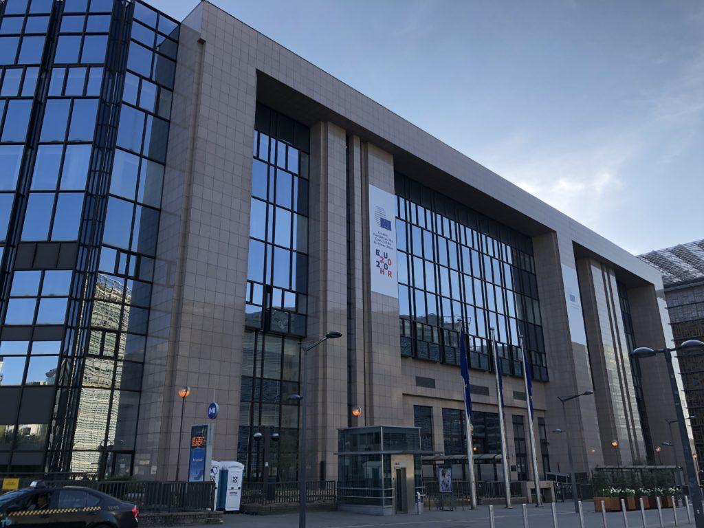 COPS ja neuvoston työryhmät kokoontuvat normaalisti EU:n neuvoston Justus Lipsius-päärakennuksessa. Koronakriisin aikana kokoukset pidetään pääosin etänä. Kuva: Anna Roininen