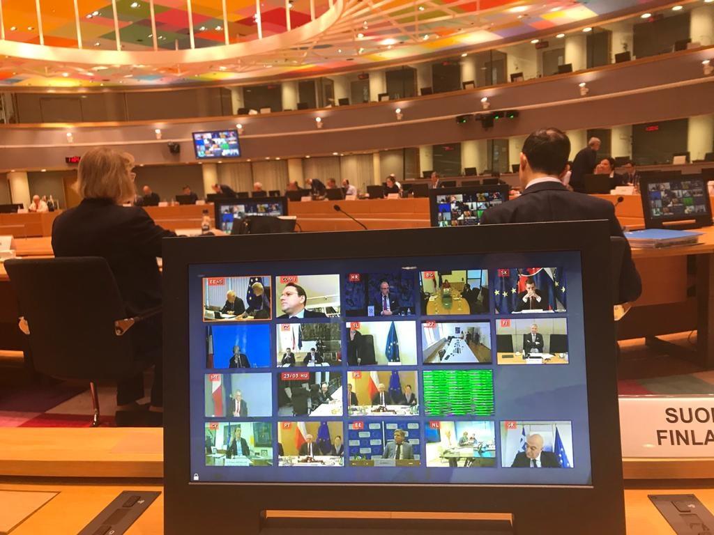 EU:n ulkoministerien kokoukset pidetään korona-aikana videon välityksellä. Kuva on neuvoston Europa-rakennuksen salista, jossa ministerit tavallisesti tapaavat. Kuva: Hanna Lehtinen