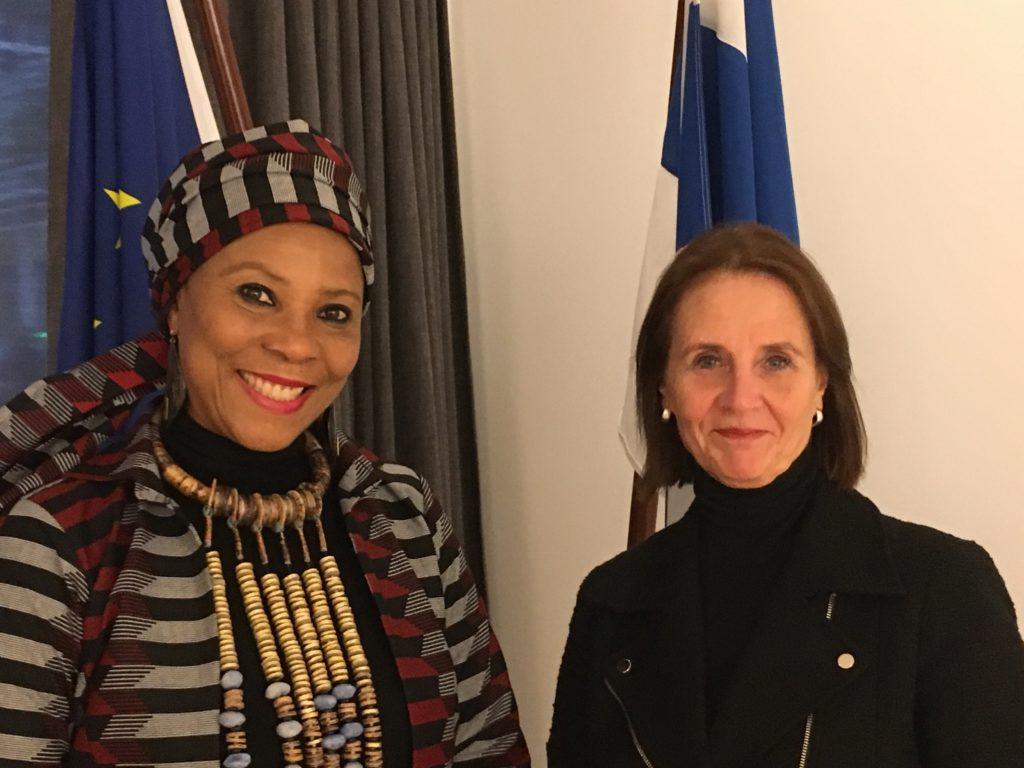 YK:n kehitysohjelma UNDP:n Afrikka-johtaja Ahunna Eziakonwa ja Suomen COPS-lähettiläs Hanna Lehtinen.