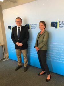 Suomen COPS- suurlähettiläs Hanna Lehtinen tapaamassa EDA:n toukokuussa aloittanutta uutta toimitusjohtajaa, tsekkiläistä Jiří Šedivyä.