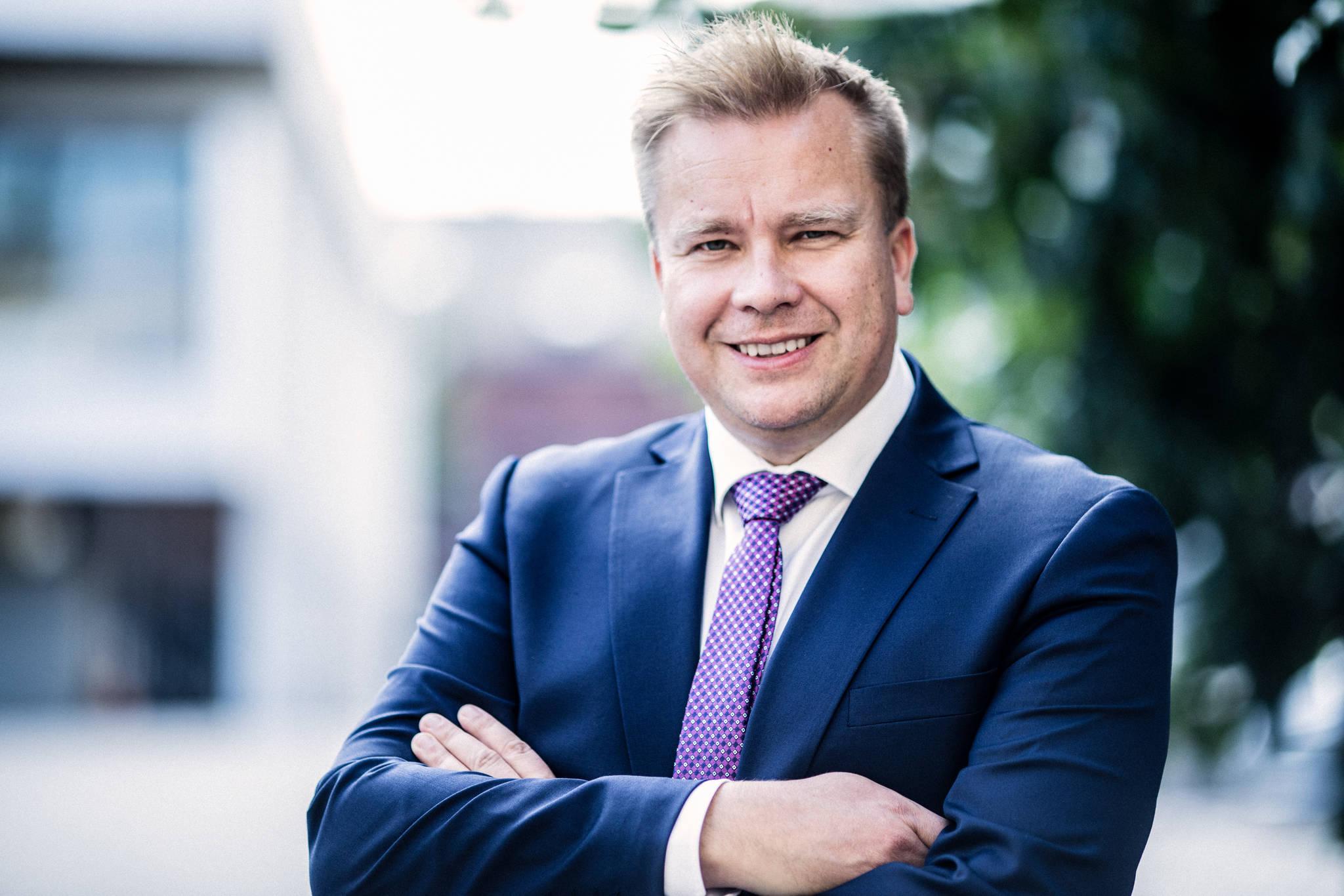 Henkilökuvassa puolustusministeri Antti Kaikkonen.