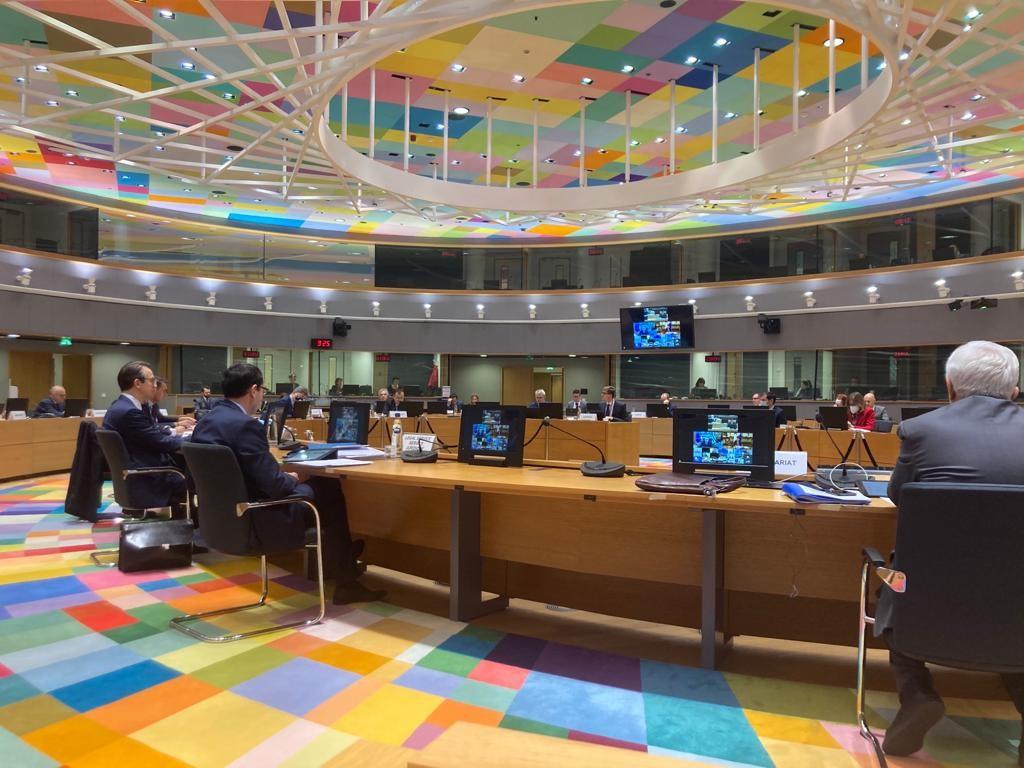 Suurlähettiläät osallistuvat videoformaatilla järjestettävään puolustusministerikokoukseen EU:n neuvoston kuunteluhuoneesta.