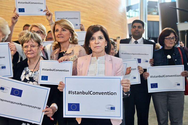 Ryhmä ihmisiä (meppejä) käsissään plakaatit, joissa lukee #IstanbulConvetion.
