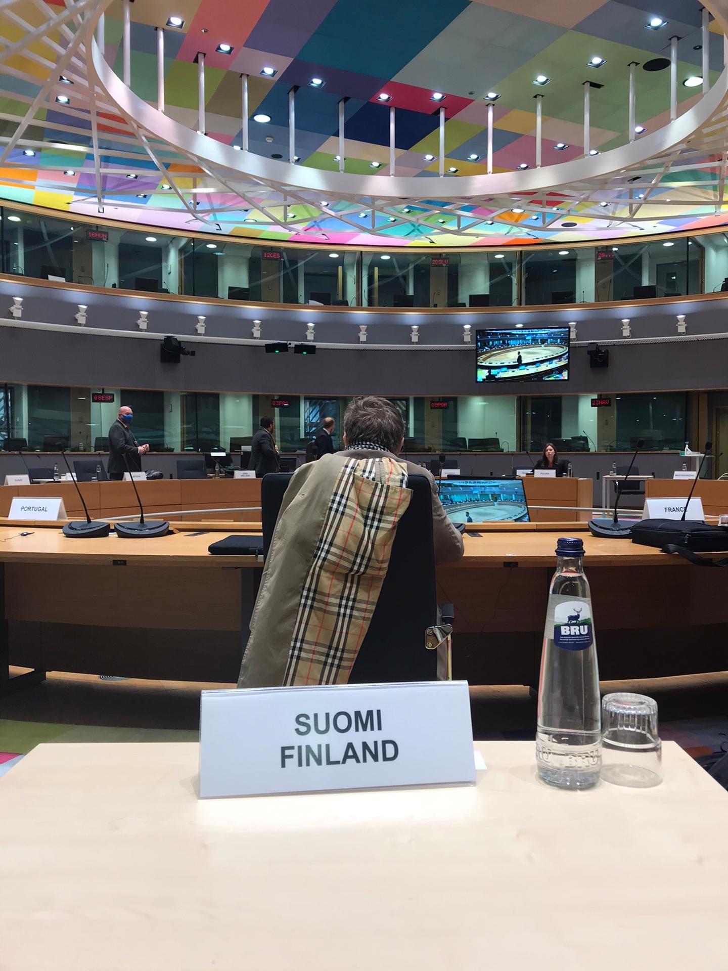 Suomen edustuston istumapaikka neuvottelusalissa.