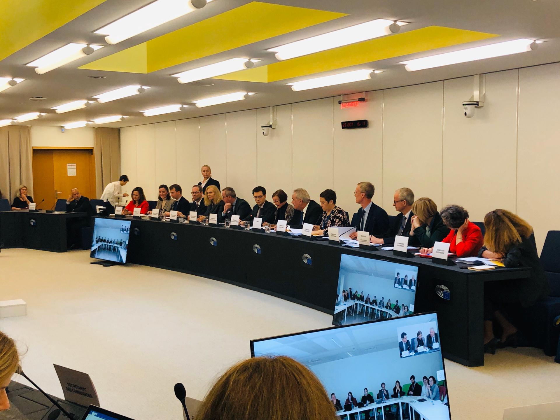 Suomen puheenjohtajuuskauden aikaiset kolmikantaneuvottelut käynnissä Euroopan parlamentin ja komission kanssa neuvottelupöydän ääressä.