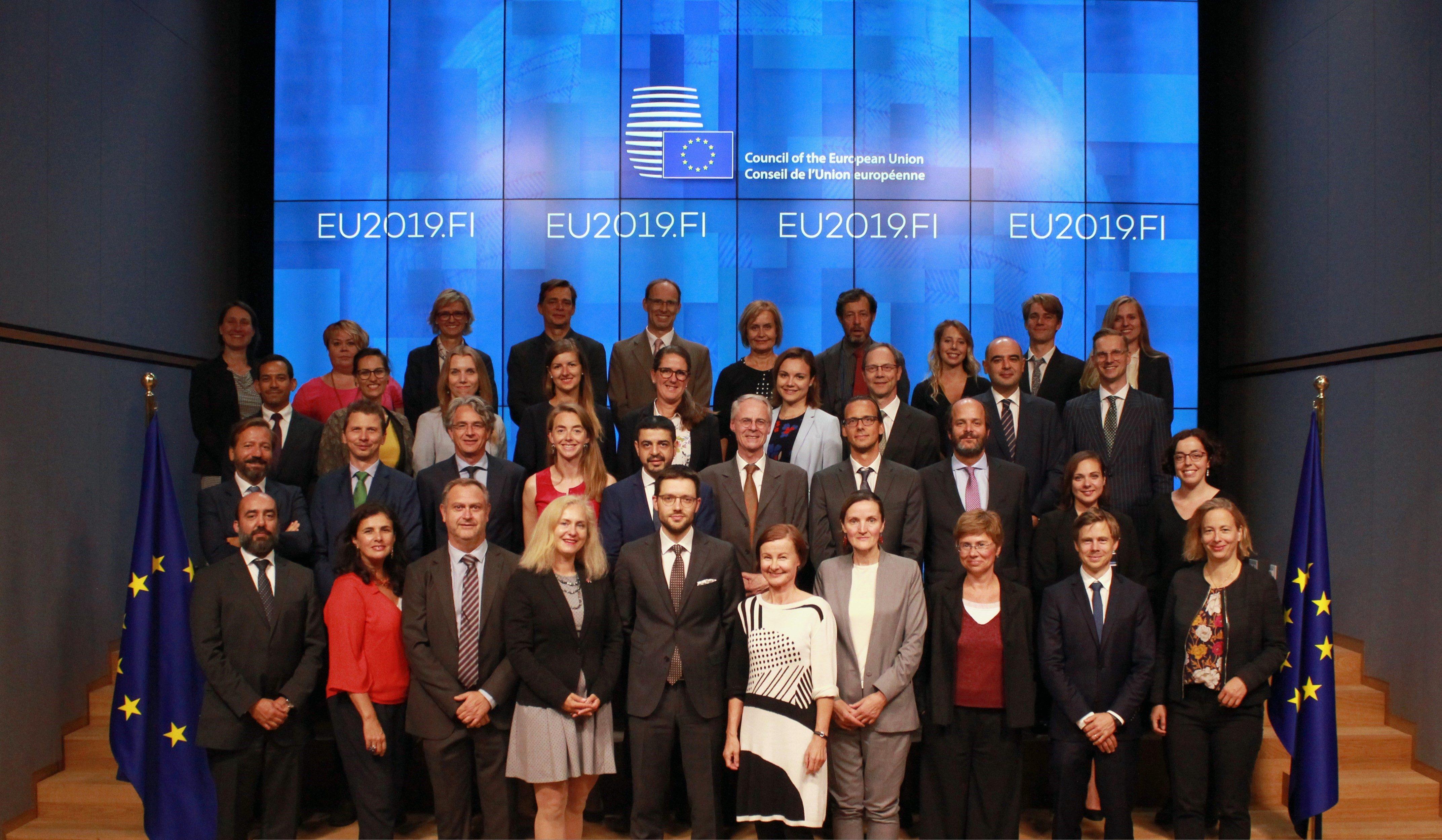 Neuvotteluista vastannut jäsenmaiden edustajista koostuva työryhmä Suomen puheenjohtajuuskauden ryhmäkuvassa.