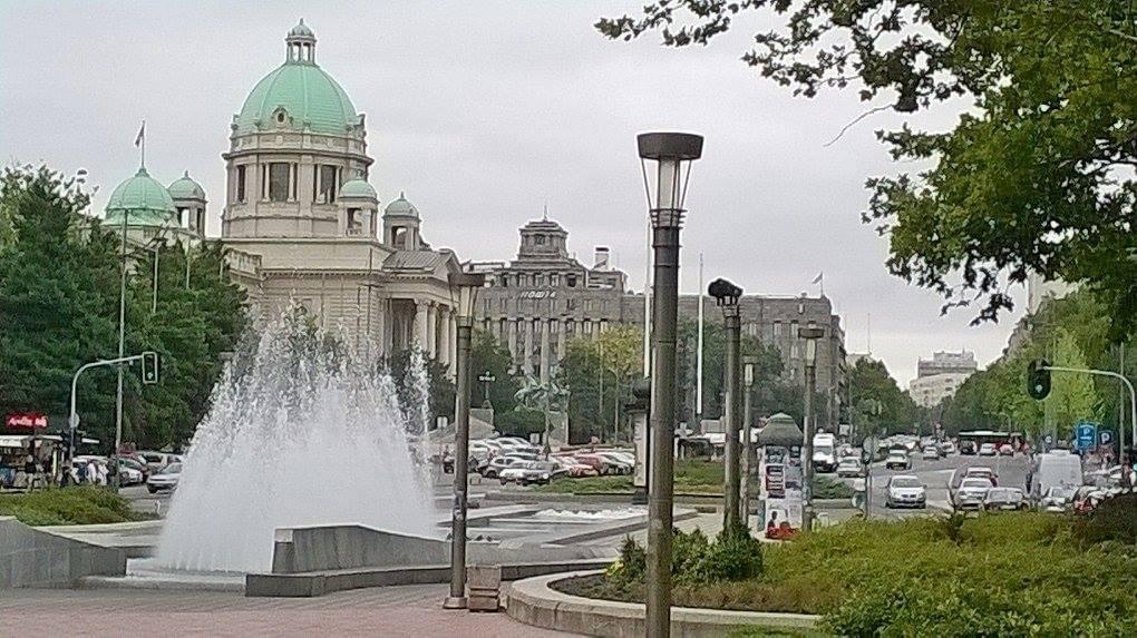 Serbian vihreäkupolinen parlamenttirakennus Belgradin keskustassa.