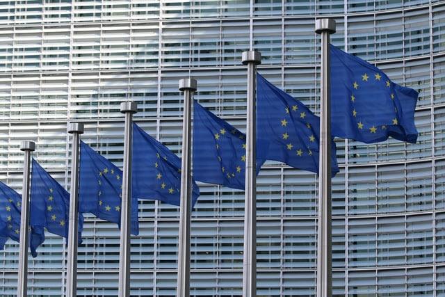 EU:n lippuja rivissä komission päärakennuksen ulkopuolella.