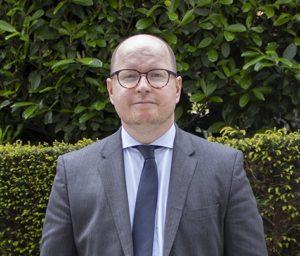 Henkilökuvassa blogin kirjoittaja Jussi Koskela EU-edustuston takapihalla.