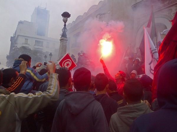 Ihmiset ovat kokoontuneet juhlimaan Tunisin Avenue Habib Bourguiballe.