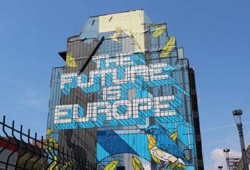 Graffitimaalaus, jossa lukee Future is Europe, talon seinässä