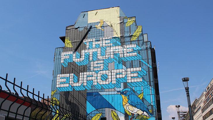 Graffitimaalaus, jossa lukee Future is Europe, talon seinässä.