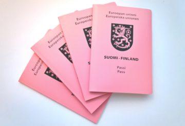 Väliaikainen passi eroaa ulkonäöltään selvästi tavallisesta passista. Passin tietosivu tulostetaan edustustossa eikä siinä ole biometrisia tunnisteita sisältävää sirua. Kuva Katri Seppänen