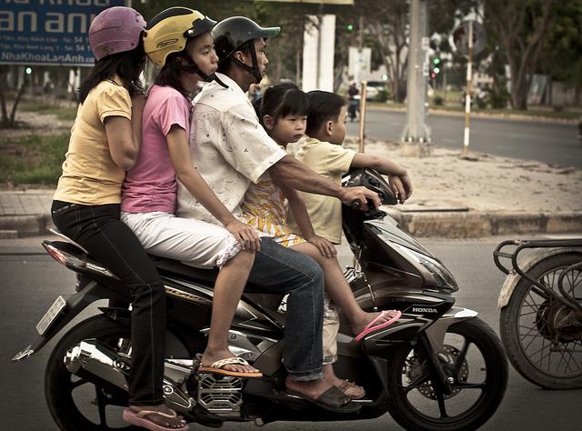 Mopon kyytiin sopii samalla vaikka koko perhe. Kuva: Flickr / Staffan Scherz