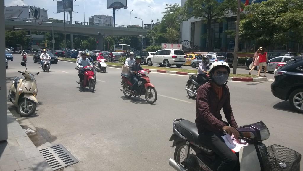 Hanoin kaduilla autot ja mopot liikkuvat sulassa sovussa. Liikenneongelmat pahenevat autojen lisääntyessä. Kuva: Annina Barbosa