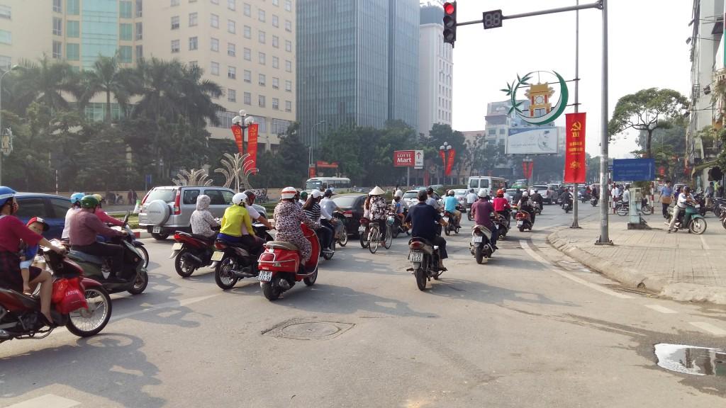 Kun katselee Hanoin liikennekulttuuria on hyvä muistaa, ettei siitä ole pitkä aika kun Vietnamissa ajettiin vielä polkupyörillä. Kuva: Leni Konttaniemi