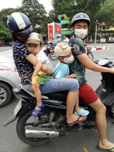 Nelihenkinen perhe mahtuu avian hyvin skootterin kyytiin. Kuva: Leni Konttaniemi