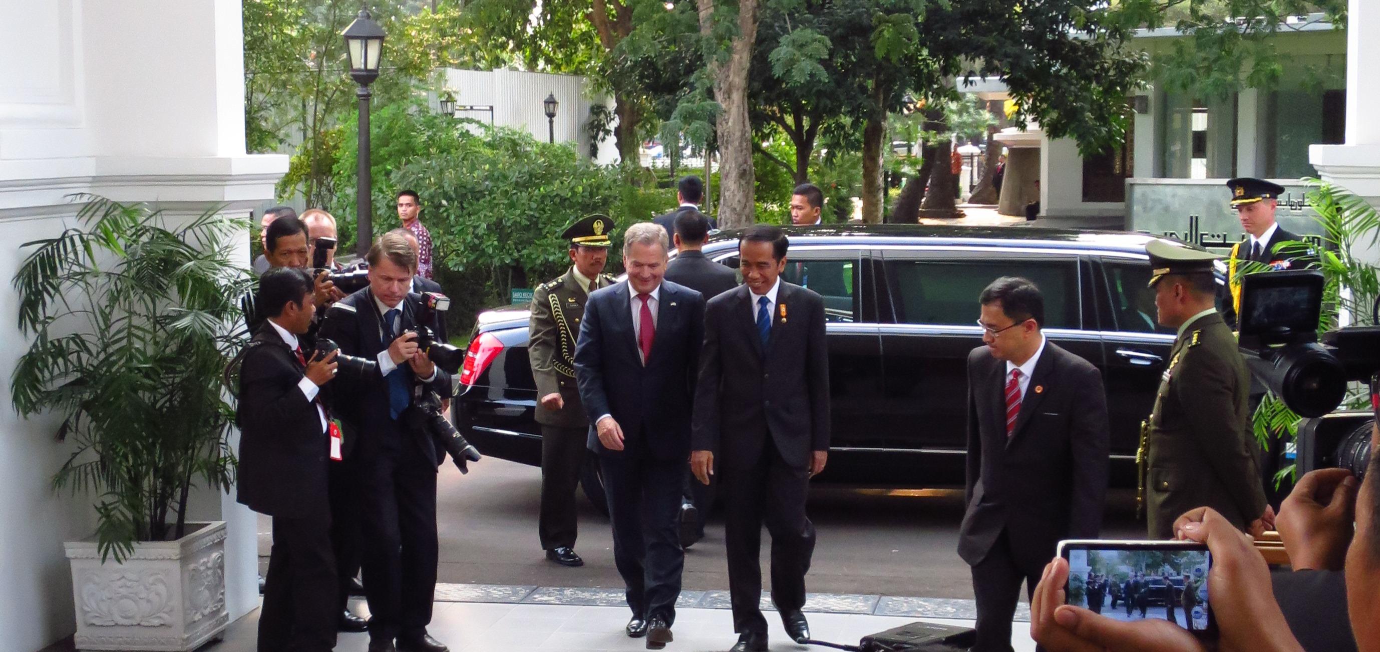 Presidentti Joko Widodo toivotti presidentti Sauli Niinistön tervetulleeksi palatsiin.