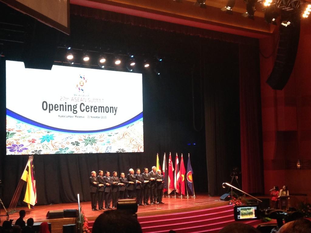 """""""Käymme yhdessä ain, käymme aina rinnakkain."""" ASEANin päämiehet avajaisseremoniassa. Kuva: Martta Rissanen."""