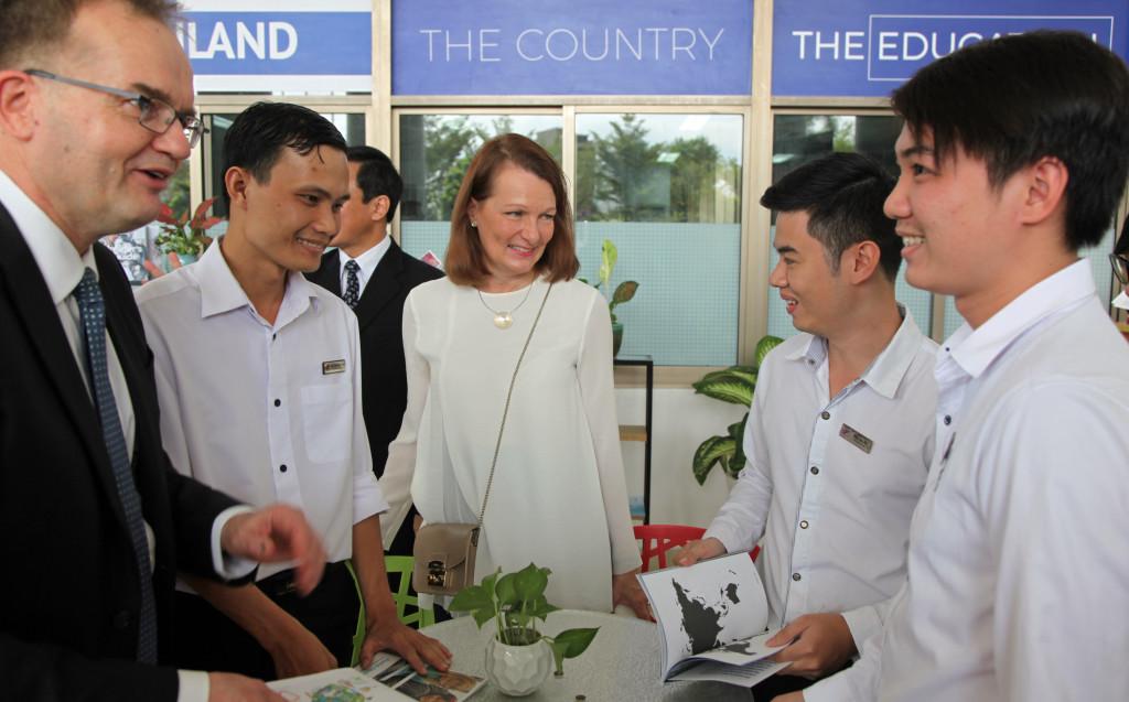 Suomalainen koulutus kiinnostaa kaikkialla. Tekesin johtaja Pekka Soini ja ministeri Lenita Toivakka juttelevat opiskelijoiden kanssa Ton Duc Thangin yliopistolla Ho Chi Minh Cityssä. Kuva: Hanna Öunap.
