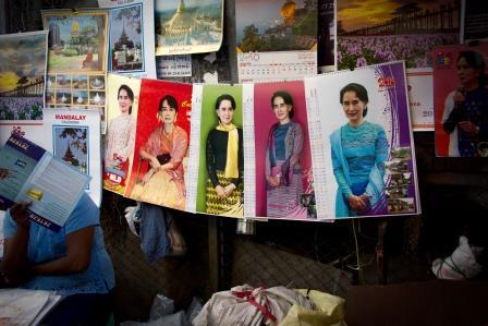 Aung San Suu Kyin kuvia seinäkalentereissa Yangonissa. Kuva: Joonas Lehtipuu/UM