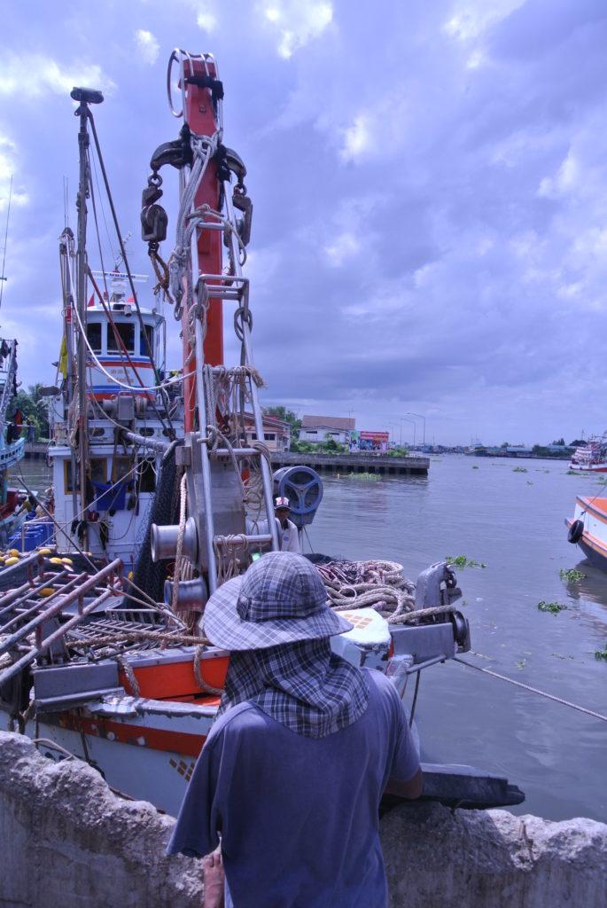 Thaimaan kalastusteollisuudessa työskentelee virallisesti yli 100 000 siirtotyöläistä. Rekisteröimättömiä työläisiä kalastuslaivoilla arvioidaan olevan jopa 200 000.