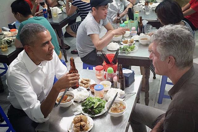Presidentti Obama ja Anthony Bourdain nuudeliravintolassa Hanoissa toukokuussa 2016. Kuva: Kuva: manhhai, Flickr, CC BY 2.0.