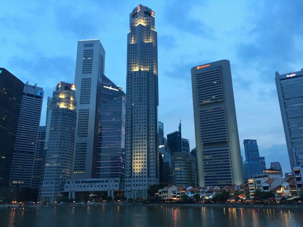 Central Business Districtin (CBD) pilvenpiirtäjät luovat suojaa auringolta alueella käyskenteleville liikemiehille ja -naisille. Boat Quay (alaoikealla) oli vuosikymmeniä sitten Singaporen kiireisin satamapaikka. Nykyisessä katukuvassa alue voi jäädä huomaamatta. Kuva: Elisa Kalliola.