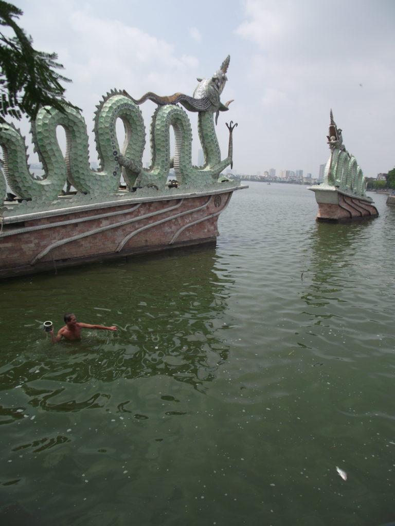 Hanoin suuresta Tay Hon järvestä nostettu kala ei houkuttele. Kuva: Antonio Barbosa