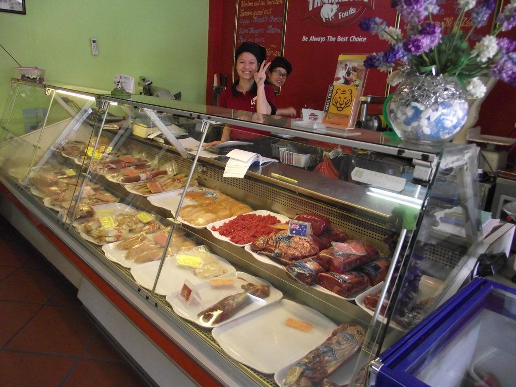 Hanoissa ruokaostoksiin kuluu aikaa, kun eri tuotteet ostetaan eri pikkukaupoista. Tästä kaupasta ostamme jauhelihaa. Kuva: Antonio Barbosa.