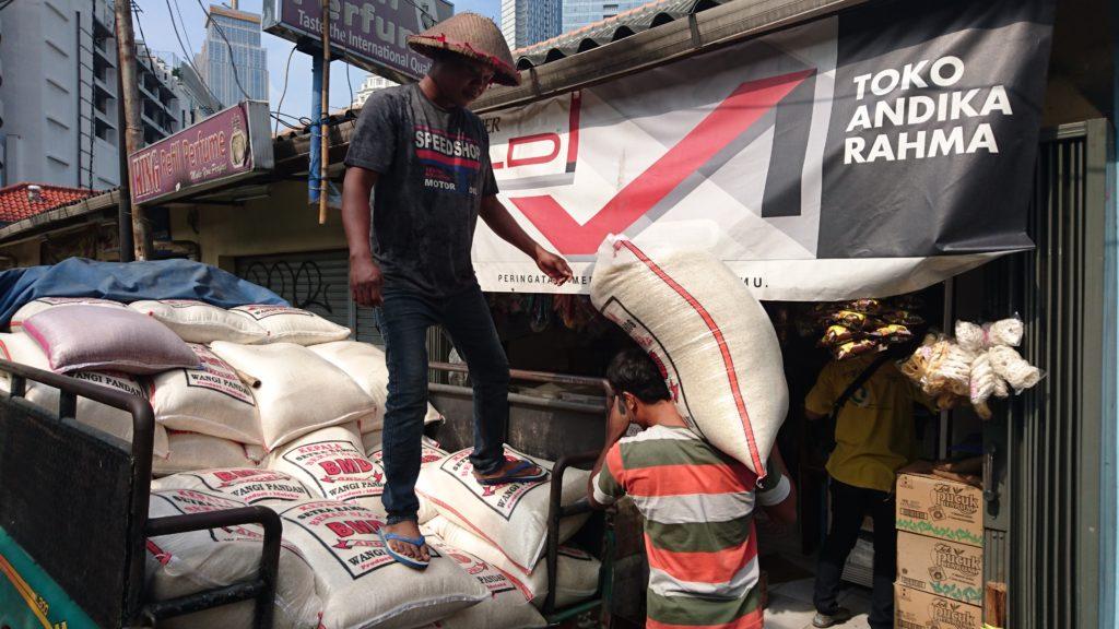 Ramadanista huolimatta raskas fyysinenkin työnteko jatkuu normaalisti. Indonesiassa riisi muodostaa perinteisesti aterian perustan. Kuva: Rauli Kostamo.