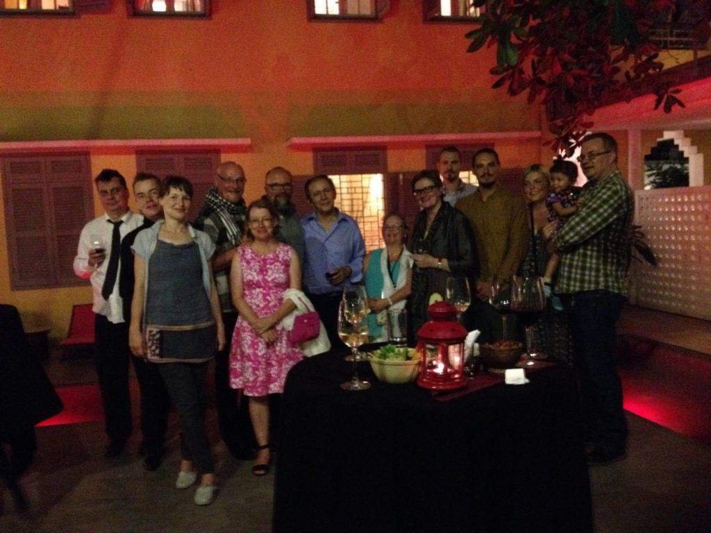 Phnom Penhin suomalaisyhteisöä vapaamuotoisessa iltatilaisuudessa yhdessä suurlähettiläs Kirsti Westphalenin (9. vasemmalta) kanssa. Kuva: Kristiina Laitinen.