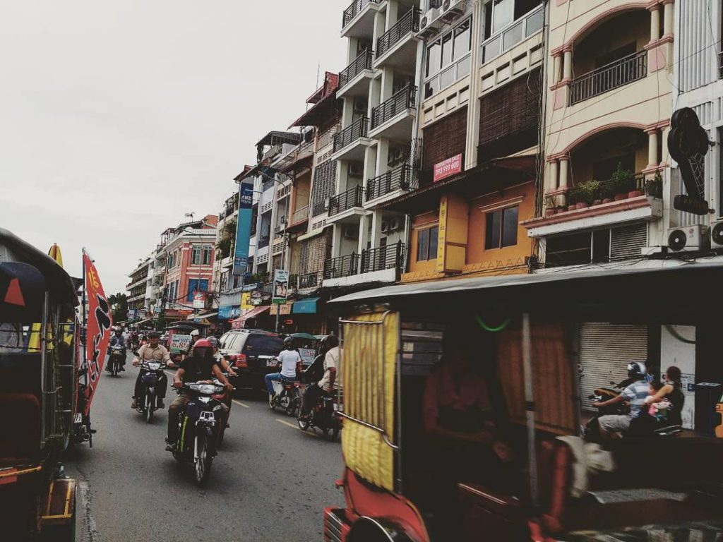 Phnom Penhin rantakadulla riittää liikennettä. Kuva: Juha Romppanen