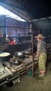 Tällä Kutkai'n leirillä naiset olivat ratkaisseet tilanpuutteeseen liittyviä ongelmia mm. perustamalla yhteiskeittiön.