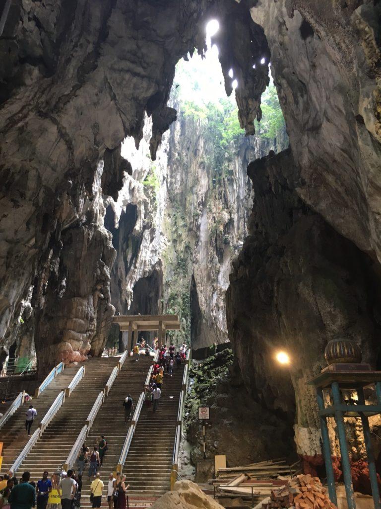 Kuala Lumpurin Batu Caves -hindupyhäkköön yhdistetään monia merkityksiä. Kuva: Teemu Laakkonen