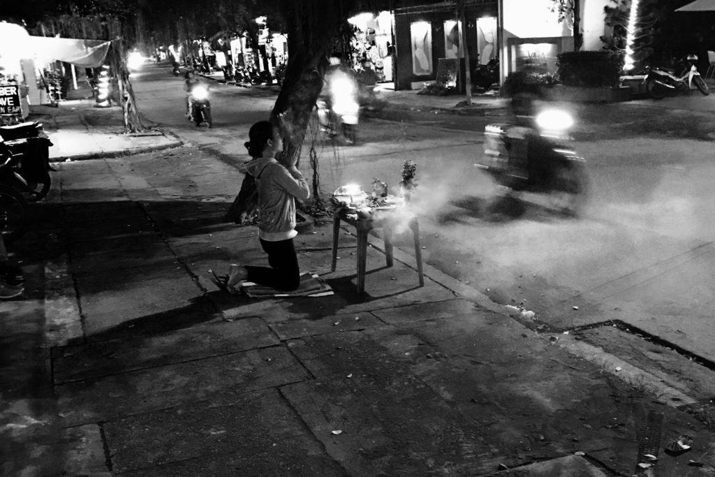 Buddhalaisuus näkyy vahvasti Hanoin katukuvassa ja pieniä kotipyhättöjä löytyy niin kahviloista kuin kaupoistakin. Tarvittaessa iltahartaus hoituu näppärästi myös kadulla. Kuva: Jaakko Malmivaara.