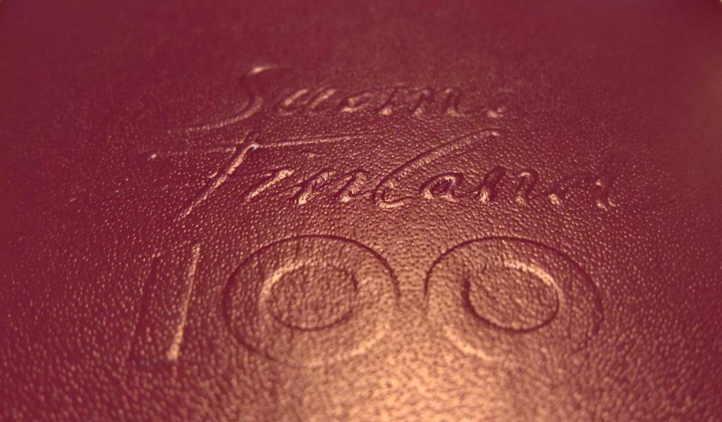Uusi passi on osa Suomi 100 -juhlavuoden ohjelmaa. Juhlavuoden logo näkyy passin takakannessa kohopainatuksena. Kuva: Katri Seppänen.