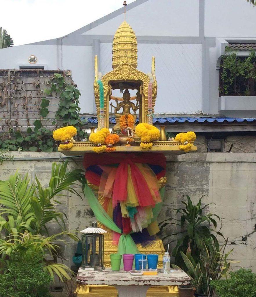 Ainakaan Thaimaassa pyhättöjä koristellessa ei nöyristellä. Kuva: Suphachai Loedkittikoson