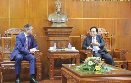 Suomen suurlähettiläs Ilkka Pekka Similä sekä Vietnamin opetusministeri