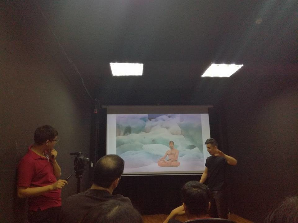 PechaKucha-ilta Hanoissa. Alumni kertoo ajatuksistaan ulkomailla opiskelusta komedian keinoin.