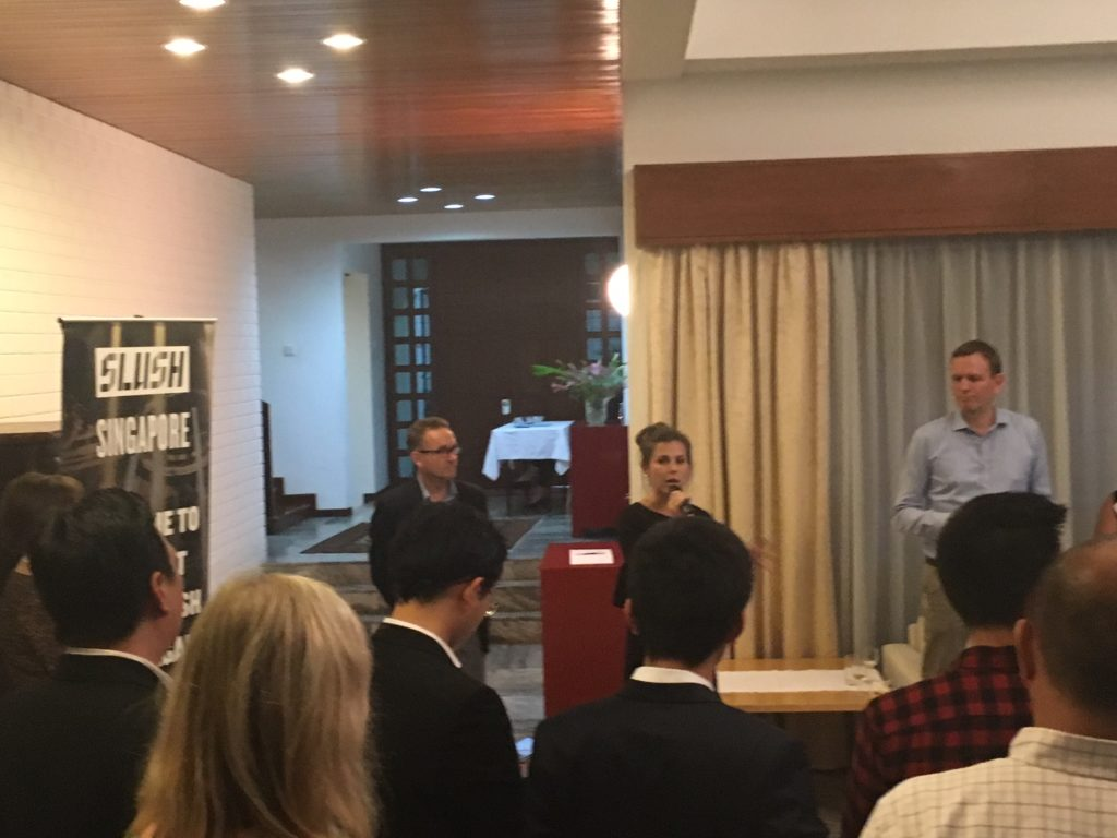 SLUSH Singaporen perustaja Anna Ratala alusti iltavastaanotolla, vierellään suurlähettiläs Puhakka ja Suomen Singaporen-suurlähetystön TF-ekspertti Riku Mäkelä. (Kuva: Teemu Laakkonen)