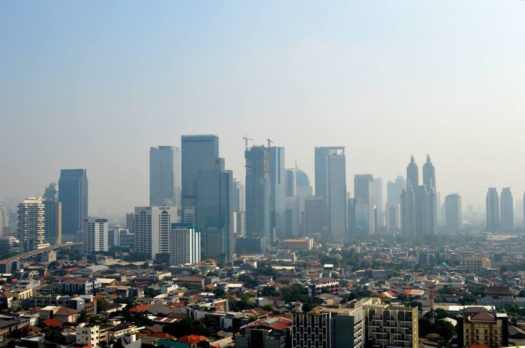 Jakarta on yhdistelmä uutta ja vanhaa, pientä ja suurta. Kaupungissa on paljon korkeita rakennuksia ja lisää nousee jatkuvasti. Kuva: Mikko Tuoma.