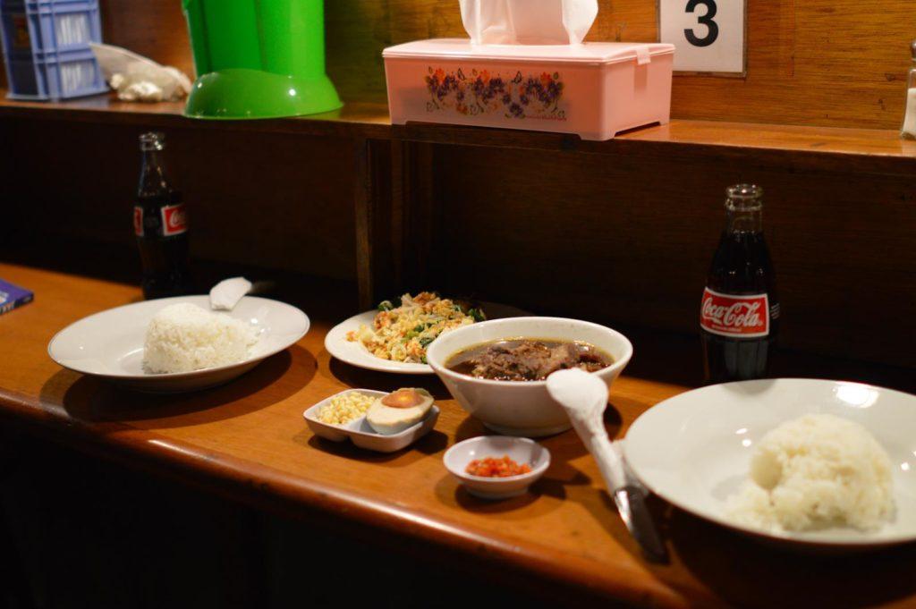 Indonesian keittiö on monipuolinen. Maukkaat liha-, kala-, ja kasvisruuat tarjoillaan usein nuudelien tai riisin kera ja mausteiset kastikkeet kruunaavat aterian. Kuva: Mikko Tuoma.