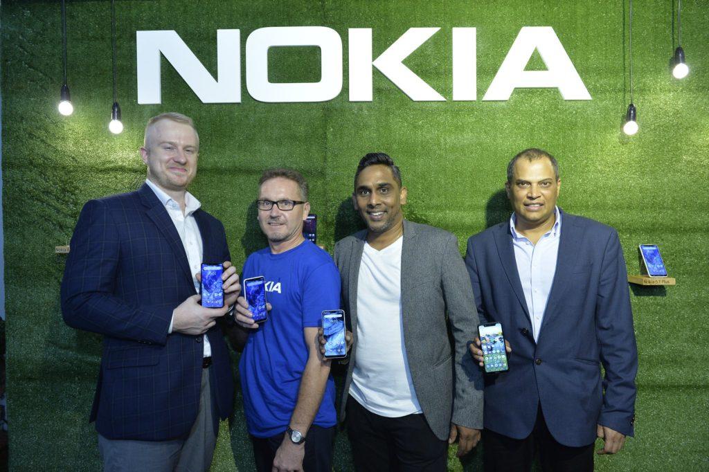Edustuston päällikön sijainen Teemu Laakkonen, suurlähettiläs Petri Puhakka sekä HMD Globalin Malesian maajohtaja Vijay Kumar ja APAC-aluejohtaja Sandeep Gupta käsissään uudet Nokia-puhelinmallit. Kuva: HMD Global.