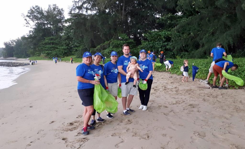 Suurlähetystömme (minä oikealla) osallistui EU:n delegaation Beach Cleanup -tapahtumaan lokakuussa. Tapahtuma järjestettiin lisäämään tietoisuutta Balilla järjestettävästä Our Ocean -konferenssista. Kuva: Suomen Singaporen-suurlähetystö.