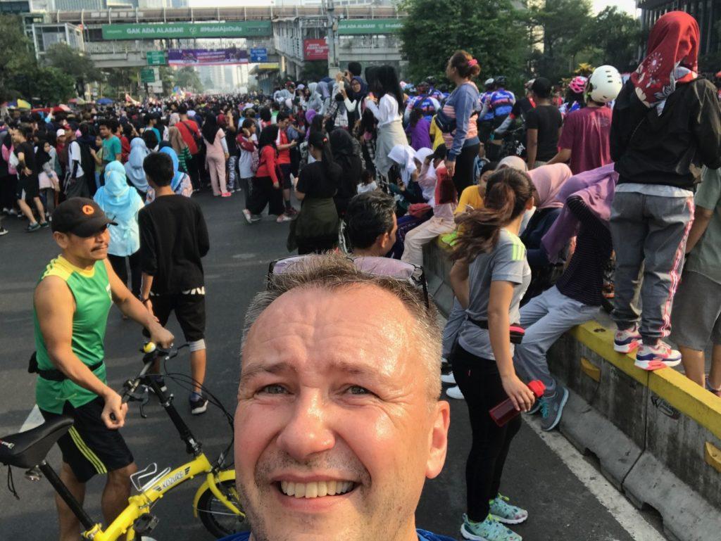 Jakartassa ei tarvitse hölkätä yksin. Autoton sunnuntai muuttuu joka viikko katukarnevaaliksi 12-miljoonaisessa kaupungissa. Selfie: Jari Sinkari.