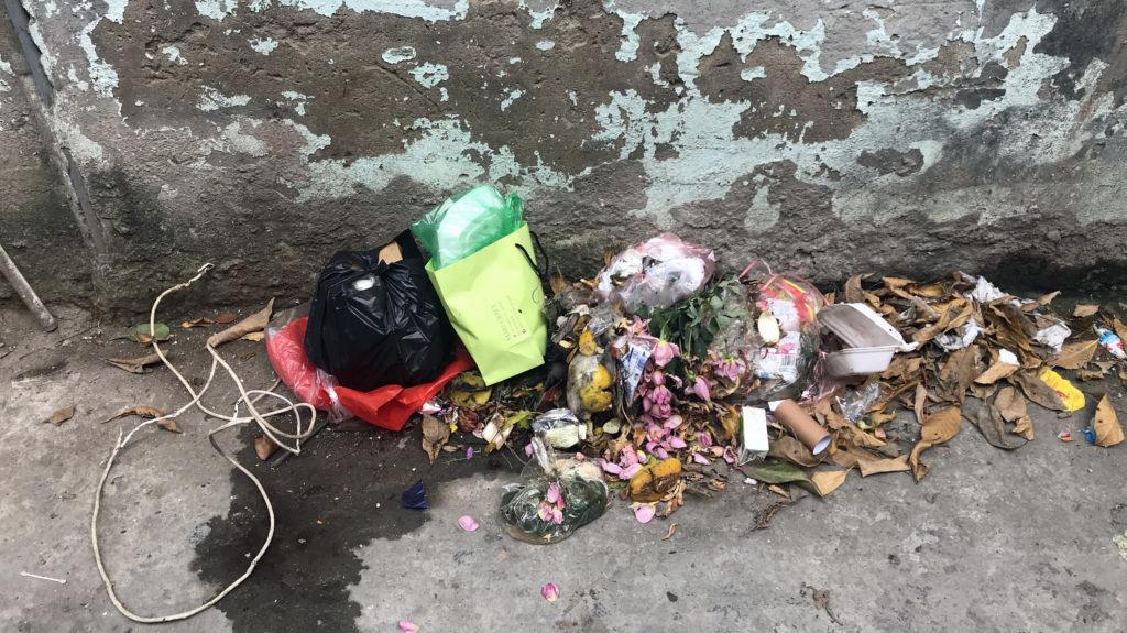 Kotitalouden roskat jätetään tyypillisesti tietyn talon ulkopuolelle, josta ne katoavat säännöllisen epäsäännöllisesti. Kuva: Meri Hätönen.