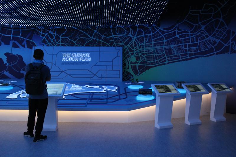 Sustainable Singapore Gallery tarjoaa kävijöille tietoa esimerkiksi Singaporen ilmastonmuutoksen suunnitelmasta, joka keskittyy lieventäviin ja sopeutuviin toimenpiteisiin. Kuva: Viivi Savelius.