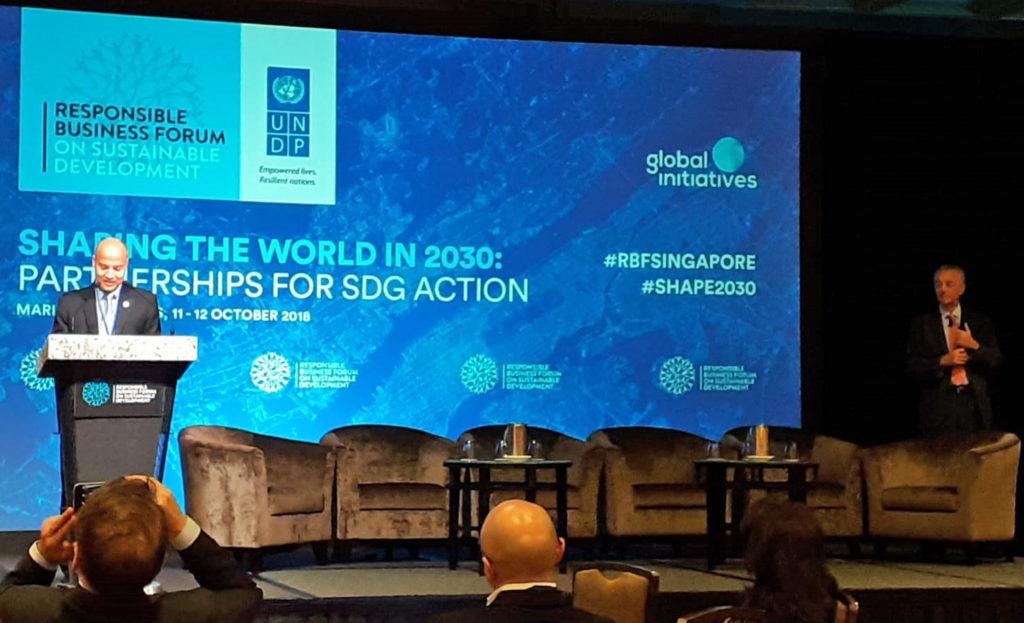 UNDP:n Responsible Business -foorumin tavoitteena oli yhteistyökumppaneiden löytäminen, jotta saataisiin aikaan toimintaa YK:n vuoden 2030 kestävän kehityksen tavoitteiden saavuttamiseksi. Singaporen Ilmastonmuutoksen pääneuvottelija Joseph Teo ympäristö- ja vesiresurssien ministeriöstä piti toisen päivän avauspuheenvuoron. Kuva: Viivi Savelius.